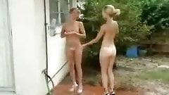 las amigas se banhan en el patio
