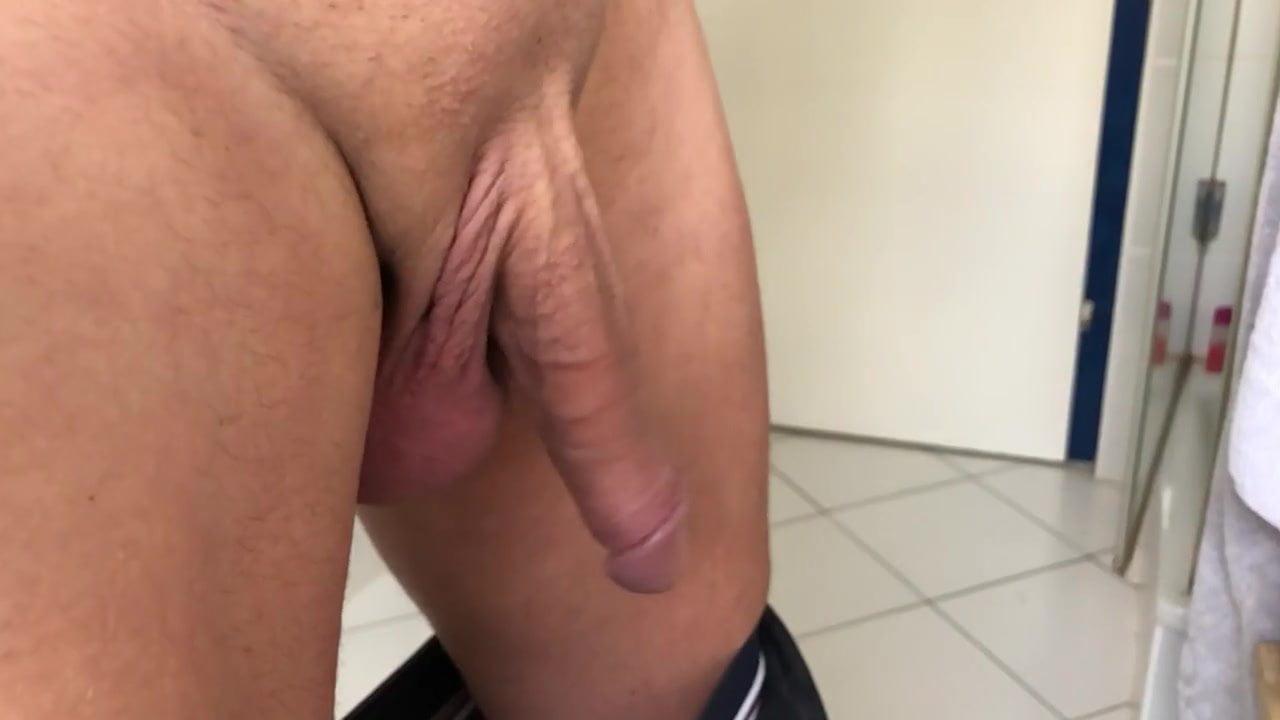 Swinging testicles vid