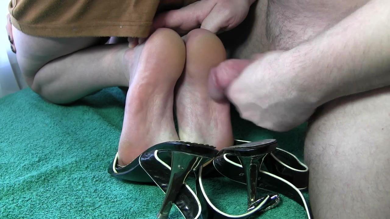 Поклонение женским ножкам русские где девушки трахаются