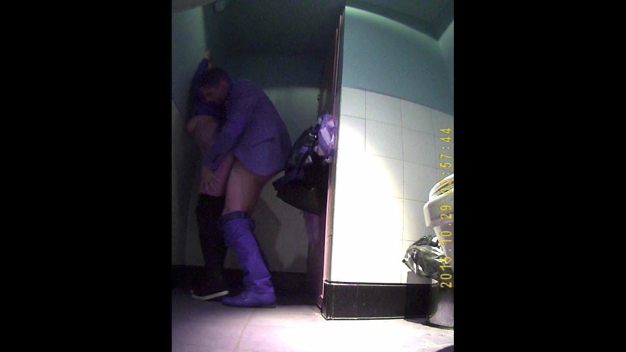В туалете на дискотеке любительское смотреть