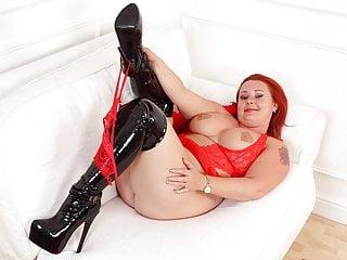 English milf Diamond lets you enjoy her gorgeous body
