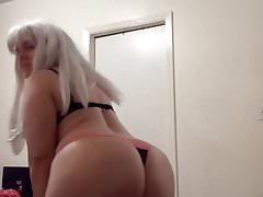 Big booty white girl shakes her ass