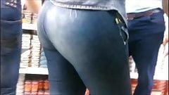 Mercando en jeans ajustados