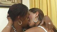 Besandose muy rico mientras sus esposos no estan