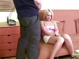 Daddy holt Schwanz raus und fickt seine Stief-Tochter