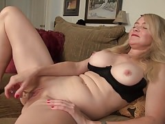 Real mature mom plays with her old cunt
