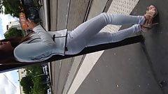 Petite jeune qui attend le tram