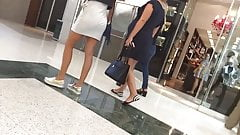 Delicias passeando uma gostosa top de saia branca e gravida