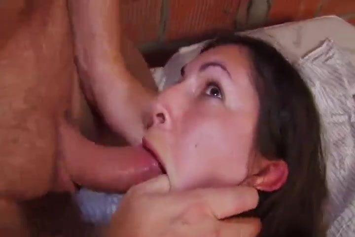 Jeune salope baise avec un vieux menuplancul