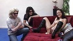 Cindy s'exhibe et se gode devant 3 mecs voyeurs