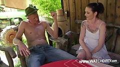 Bauer Fred bumst die kleine Tattoo Schlampe vom Kumpel
