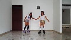 safadinhas patinando de minishortinho mostrando a polpinha