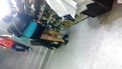 Minifalda negra en la plaza comercial