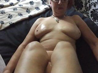 MATURE MANCHESTER WIFE LUBES UP ( LIQUID SILK )