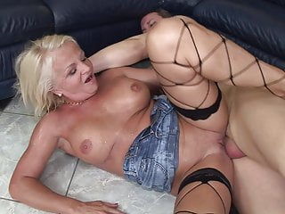 Download video bokep Dirty old grandma loves pee Mp4 terbaru