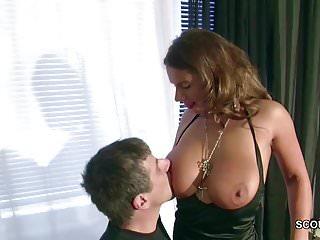 Er fickt die Kollegin mit den MEGA Titten direkt auf Arbeit