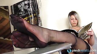 Blonde feet in fully fashioned RHT stockings