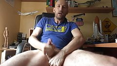 DADDY JERK OFF AND SHOWS HIS GREAT CUMSHOT