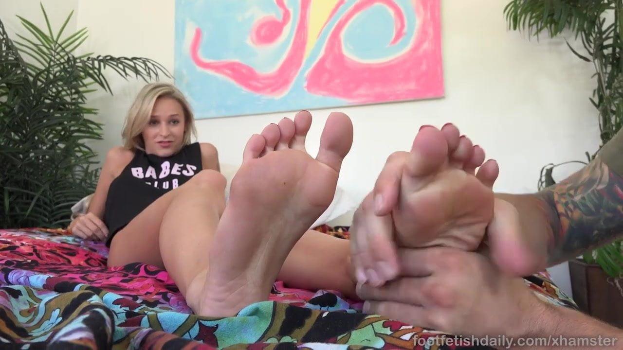 Emma Hix Gives Boyfriend Lovely Footjob with Pretty Feet