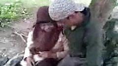 Siswi Berjilbab Asik Ciuman di Taman