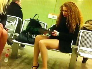 Ragazze in metro si sistemano le scarpe