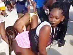 Chicas brasileras moviendo el trasero en plena calle
