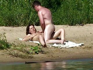 Typ onaniert auf seine Freundin am See!