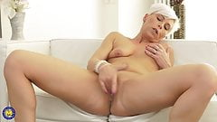 Modern mature mom fingering her old cunt