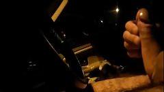 Mature coquine qui aime branler dans les voitures