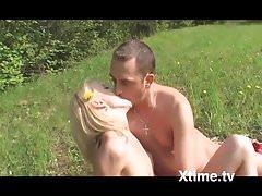 giovani innamorati in un picnic focoso's Thumb