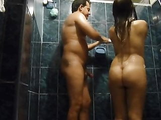 Pareja disfruta en la ducha