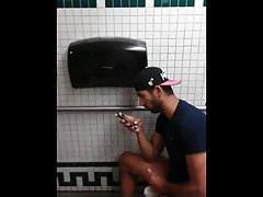 spy plusieurs branles et jutes dans wc publics