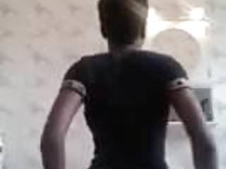 Une Camerounaise bouge son cul et ses gros nichons