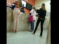 Loira rabuda numa calca colada! Blonde with pants