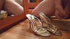 Corrida en sandalias con tacon alto doradas
