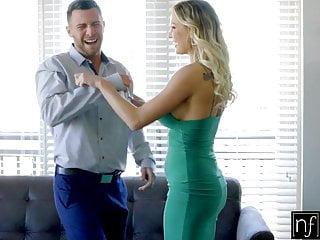 Sensual vestido sin nada abajo en rubia tetona buscando sexo